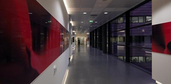 现代办公室走廊装修效果图