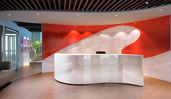 现代办公室前台装修设计赏析 在现代办公室装修中,一个公司或是企业都会有一个前台,做为一个服务的窗口,办公室前台装修设计也是很重要的,或温婉或简约或大气的前台设计因为不同的行业而设计不同的效果。 前台设计运用什么材料,不一样的板材有不一样的效果。比如说木质材料给人温馨舒适厚重的感觉;金属制材给人明亮现代时尚的意味。
